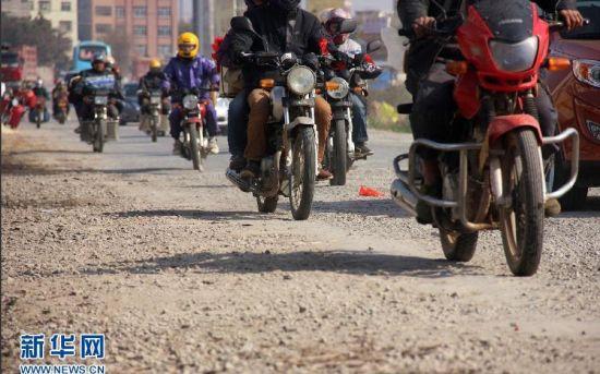 1月21日,粤桂交界的广西梧州市藤县路段,众多返乡摩托车在行进中。