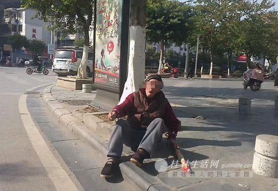 老人跌倒在路边,急需帮助,黄先生一番纠结过后走了过去。(黄先生手机视频截图)