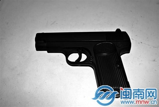 刘某东所持仿真枪。
