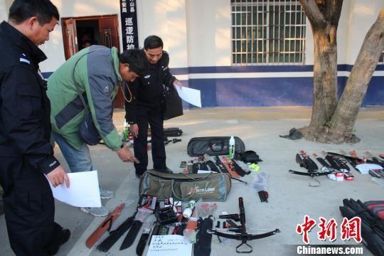 图为广西贺州市钟山县警方缴获的一批非法贩卖管制器械。 肖蕾 摄