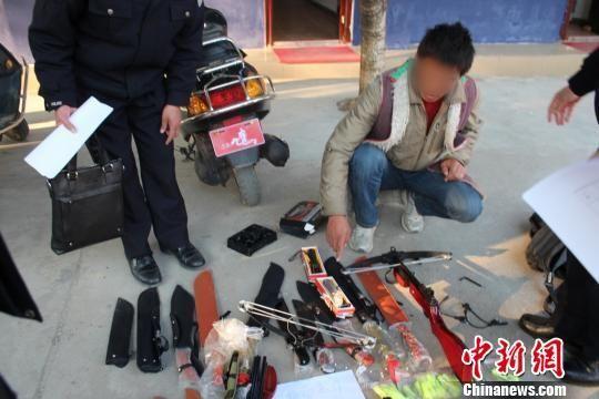 图为广西贺州市钟山县警方缴获的非法贩卖管制器械。 肖蕾 摄