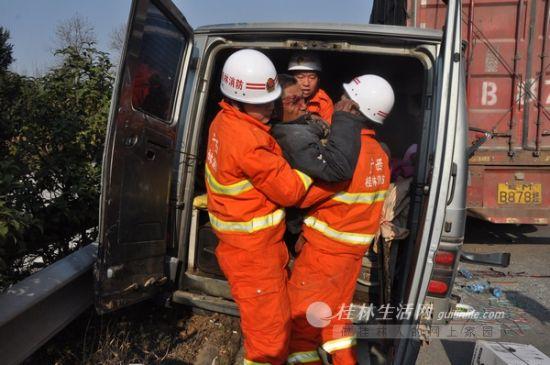 图为消防官兵成功救出被困者。