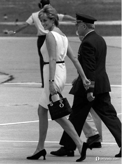 黛安娜王妃携Lady Dior手袋
