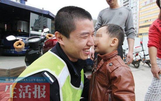 """小涛离开警务站时给民警送上""""香吻""""。图片来源:当代生活报"""