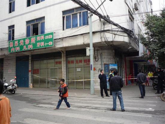 警方到事发诊所拉起警戒线调查。