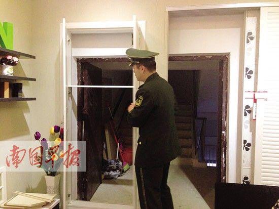 """""""藏""""在层层装饰门后的消防栓和安全通道。南国早报记者 唐晓燕 摄"""