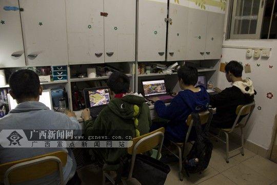 """已近深夜,宿舍里的男生依然在电脑前""""奋战""""。广西新闻网实习生 曾鑫滔 摄"""