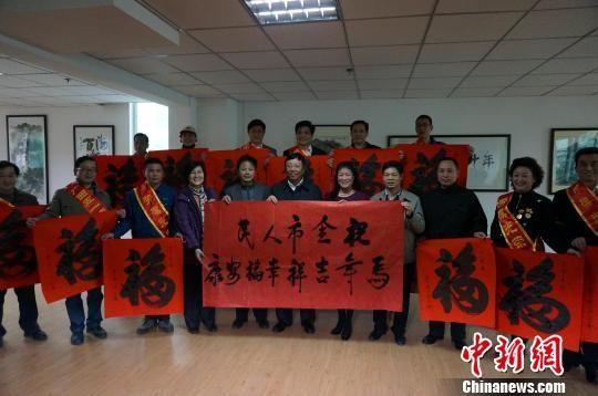 图为桂林市委书记赵乐秦(前排左六)与劳模代表合影留念。 杨陈 摄