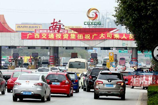 28日下午,出城车辆在民族大道东段汇成密集的车流。