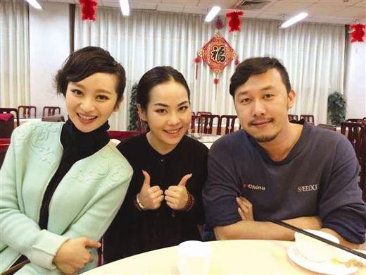 周蕾(左)和韦晴晴(中)吃食堂(本文图片均由受访者提供)