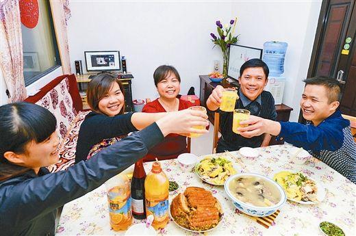 环卫工人农志刚第一次在环卫公寓的新房中与家人欢度春节,同吃年夜饭。记者 黄克 摄