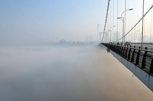 广西柳州柳江河上雾气弥漫