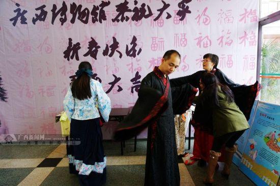 """大年初二上午,不少南宁市民来到广西博物馆,穿上传统汉服玩""""穿越""""。广西新闻网记者 邓昶摄"""