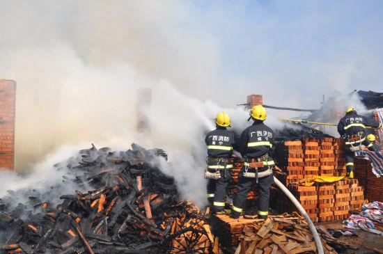 消防员扑救永宁村木材厂大火。
