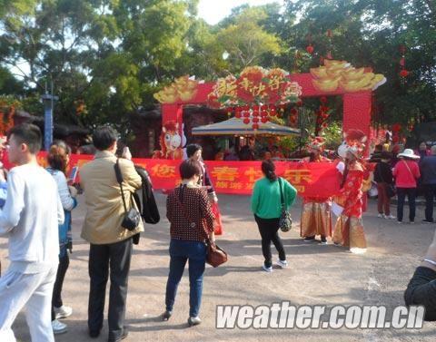 """马年春节长假,涠洲岛景区开展""""财神爷""""给游客拜年活动。黄燕波 摄"""