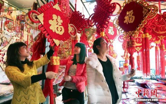 中国农历马年,全国各地的老百姓沉浸在喜庆的节日中,各式各样的风俗透出浓浓的年味儿。陈卫平 摄