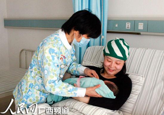 图为护士将刚出生的宝宝送到妈妈怀里。 杨璐溦 摄