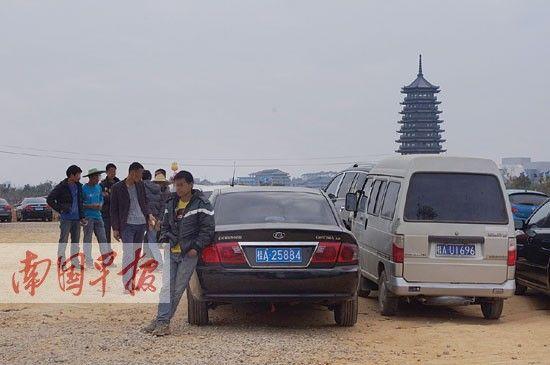 五象湖公园附近的村民向游客收取停车费。