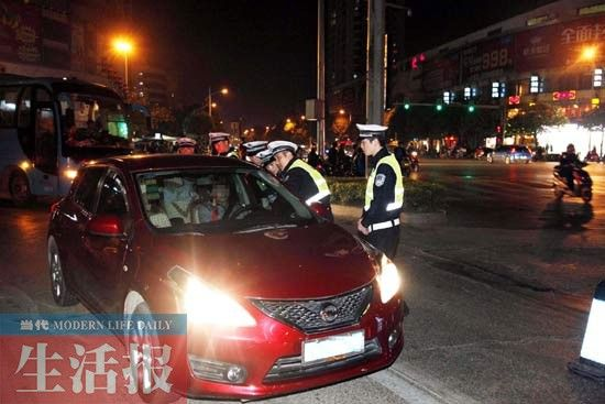 这名司机被交警拦下后,仍没有关掉远光灯。