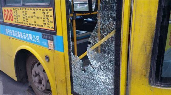 图为被砸的608路公交车。