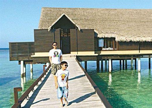 张智霖父子在马尔代夫度假