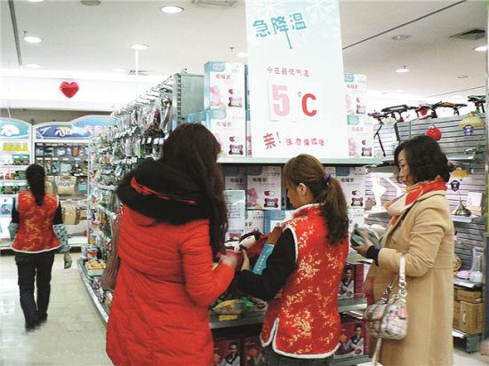 冷空气给市民生活带来麻烦,却让商家发现了商机。记者 王春楠 摄