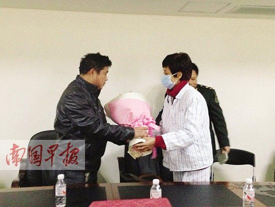 曾经器官受捐者代表受捐群体向庞运宇家属(左)献花表达感谢。