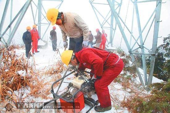 连日来,资源县水利电业有限公司员工冒着严寒抢修输电线路。 蔡庙华 摄