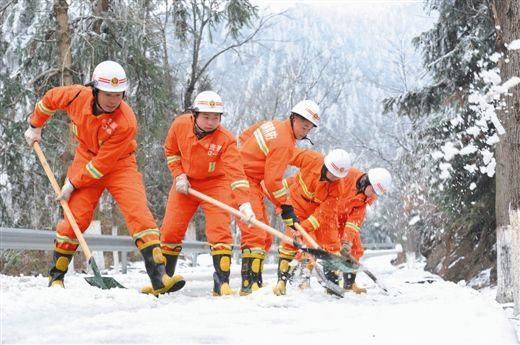 消防官兵在清除道路积雪。图片来源:当代生活报