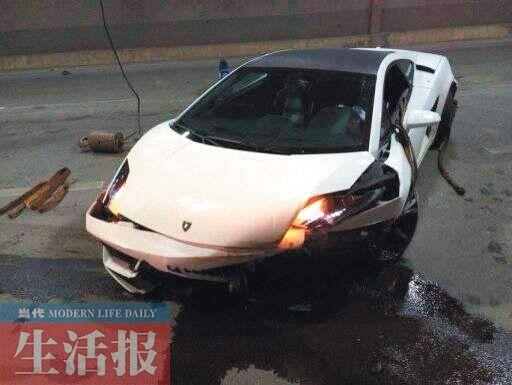 兰博基尼左前方损坏严重。