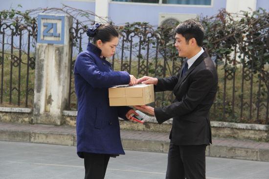 """东风标致的工作人员让吴先生的女友下楼签收""""惊喜快递"""""""