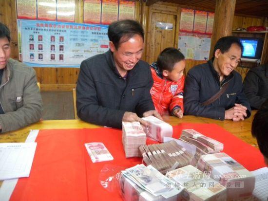 大寨村村民在分发去年的旅游红利。记者 周绍瑜 摄