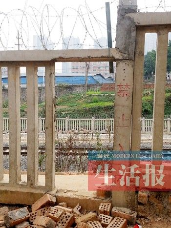 铁路防护栅栏被人为破坏。