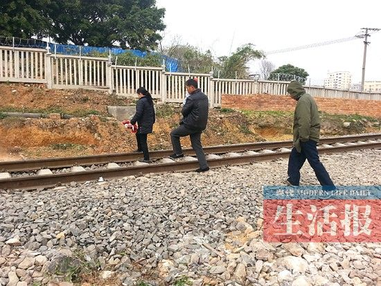 居民在铁路栅栏内逗留、穿越。