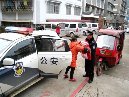 民警驱车将患儿安全送到医院
