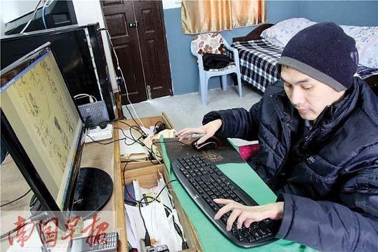 王金宝通过电脑与网友进行书法交流。