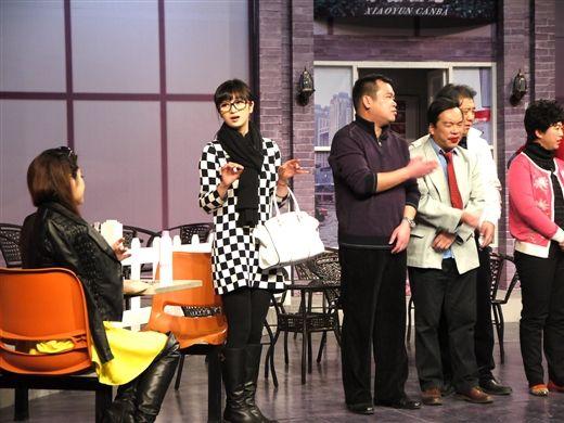 周蕾(左二)在《疯狂e戏代》里客串出演一位毒舌经纪人