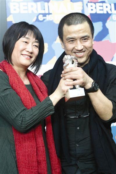 电影《推拿》导演娄烨(右)和编剧马英力代表摄影师曾剑出席新闻发布会(新华社发)