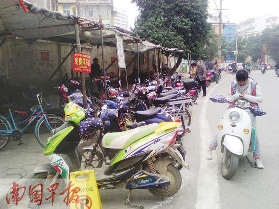 到蝴蝶葶菜市买菜的市民可免费停车。 南国早报记者 王艳群 摄