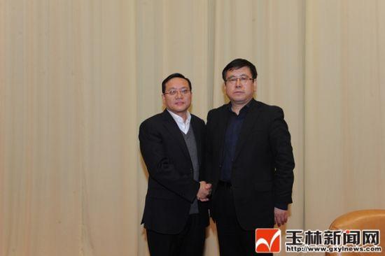 2月8日的玉林市领导干部大会上王凯同志和苏海棠同志(左)亲切握手。