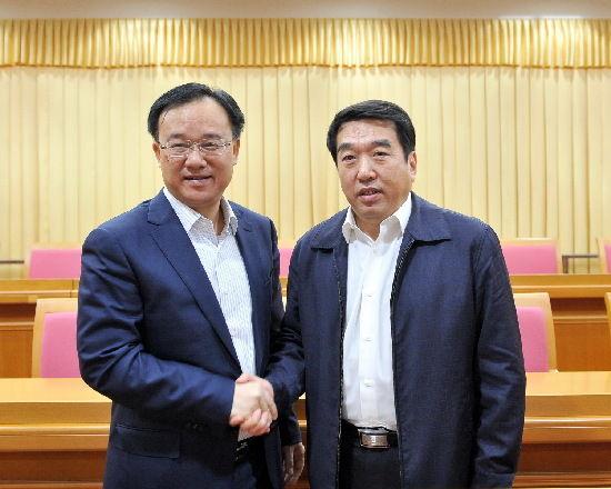 1月27日上午,在全市领导干部会议上,黄俊华同志与刘志勇同志热情握手、相互勉励。孟亚西 摄