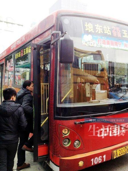 有不少市民乘坐空调公交车