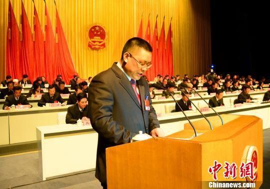 图为桂林市代市长唐琮沅在作政府工作报告。 李果 摄