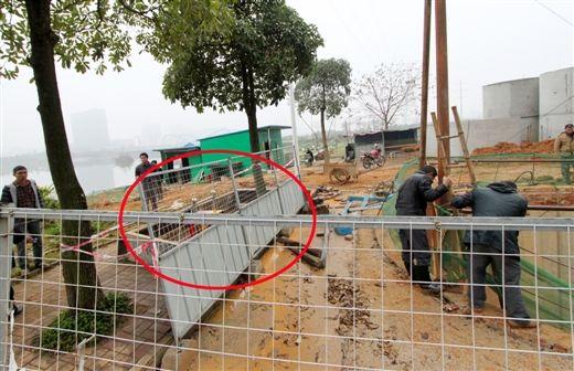地陷位置与开挖施工处紧邻。