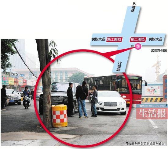 车辆停在非机动车道上,司机在路旁聊天,导致路口交通拥堵。