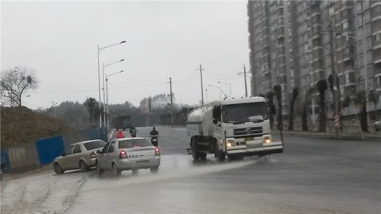 洒水车在南宁市长堽路上作业。南国早报记者 经小飞 摄