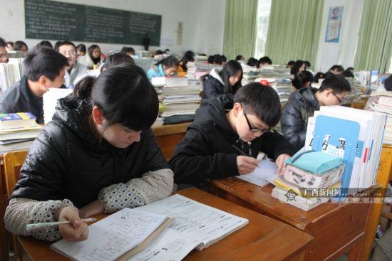 图为正在教室内认真学习的学生。广西新闻网通讯员 韦桥送 摄