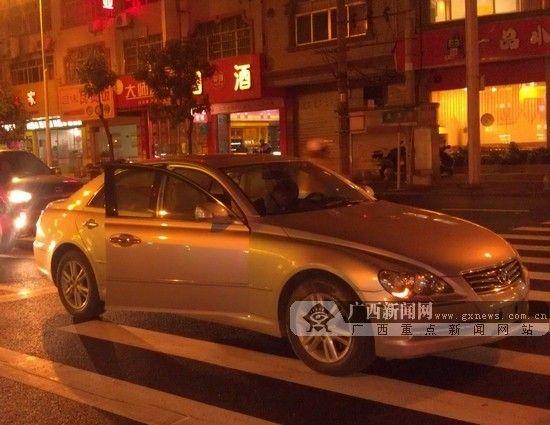 图为停在斑马线上的小车。图片来源:广西新闻网