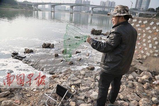 这是排污出口,大量的污水排出,水面上出现大面积的白色泡沫。记者 唐辉吉 摄