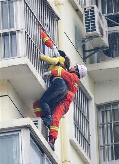 """消防人员从12楼空降至11楼,将女子救下。早报网网友""""zhu5588""""摄"""
